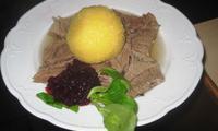 Gesottenes Rindfleisch mit Meerrettich, Preiselbeeren und Kartoffelkloß